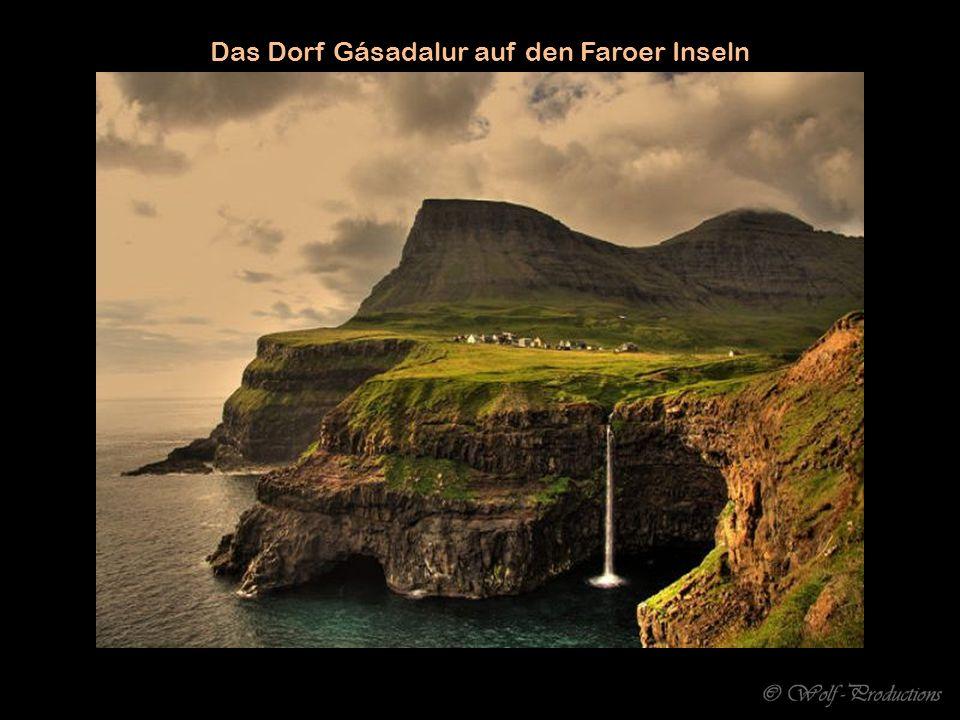 Das Dorf Gásadalur auf den Faroer Inseln