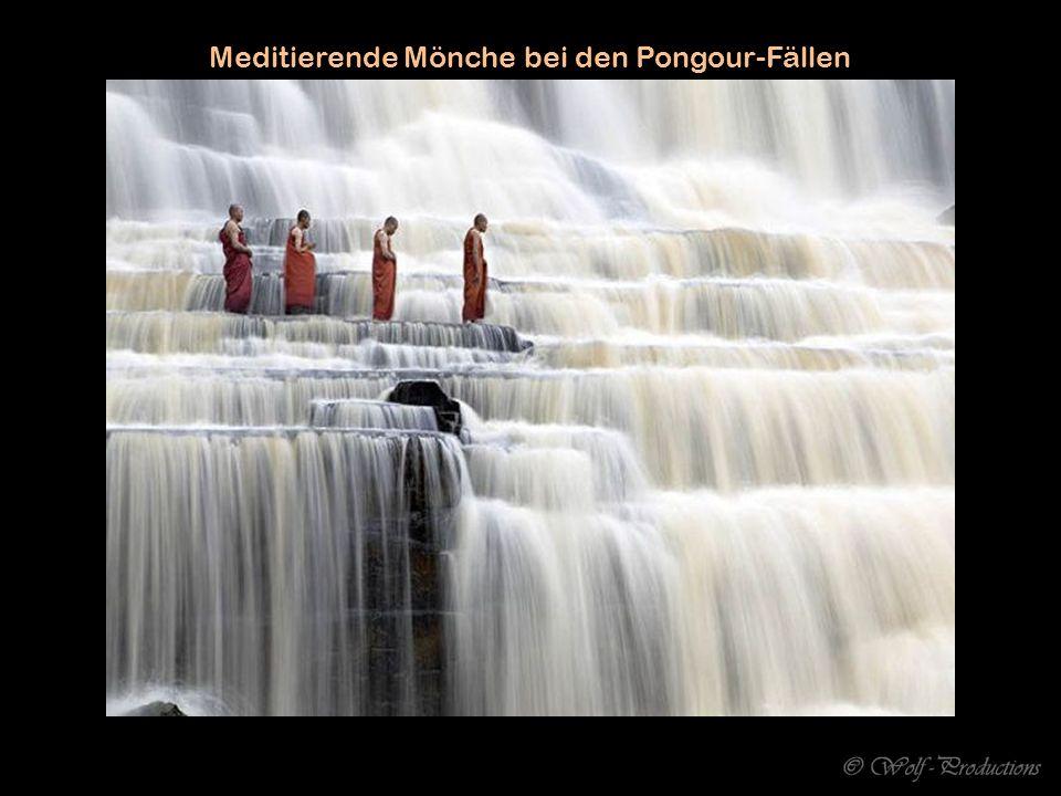 Meditierende Mönche bei den Pongour-Fällen