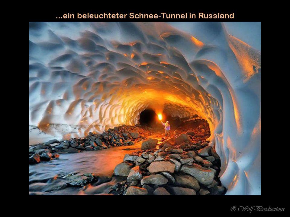 ...ein beleuchteter Schnee-Tunnel in Russland