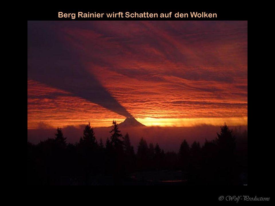 Berg Rainier wirft Schatten auf den Wolken