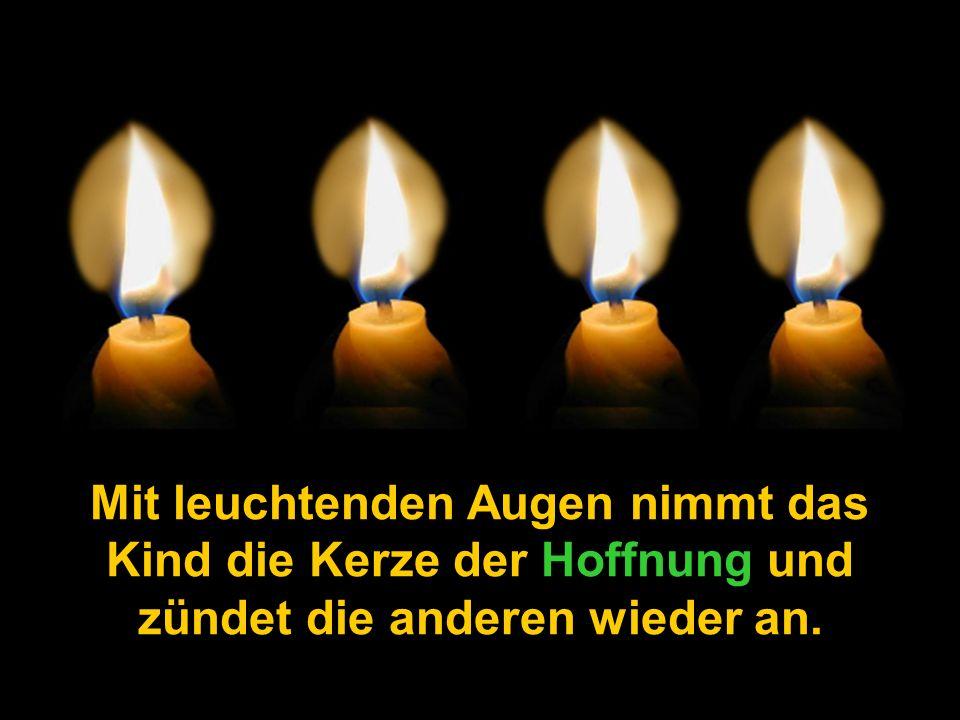 Mit leuchtenden Augen nimmt das Kind die Kerze der Hoffnung und zündet die anderen wieder an.