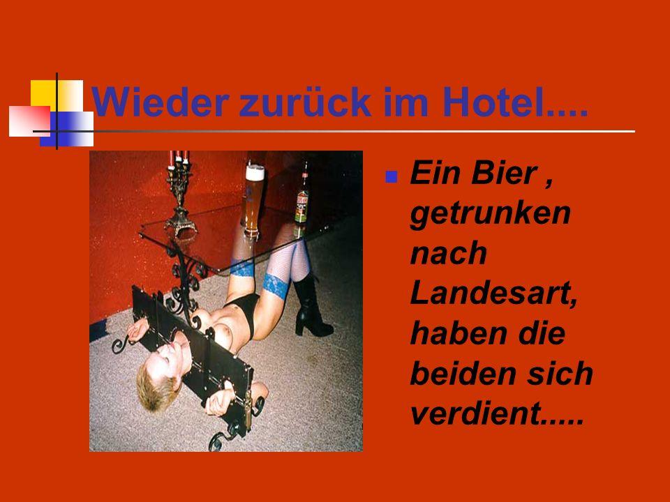 Wieder zurück im Hotel.... Ein Bier , getrunken nach Landesart, haben die beiden sich verdient.....