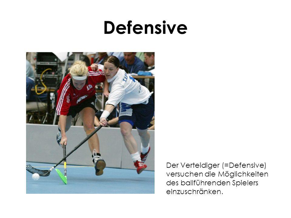 DefensiveDer Verteidiger (=Defensive) versuchen die Möglichkeiten des ballführenden Spielers einzuschränken.