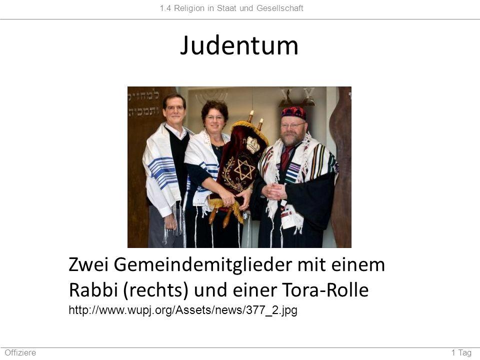 Judentum Zwei Gemeindemitglieder mit einem Rabbi (rechts) und einer Tora-Rolle.