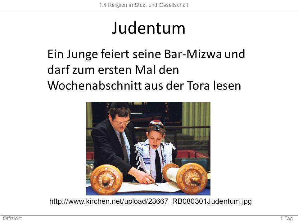 Judentum Ein Junge feiert seine Bar-Mizwa und darf zum ersten Mal den Wochenabschnitt aus der Tora lesen.
