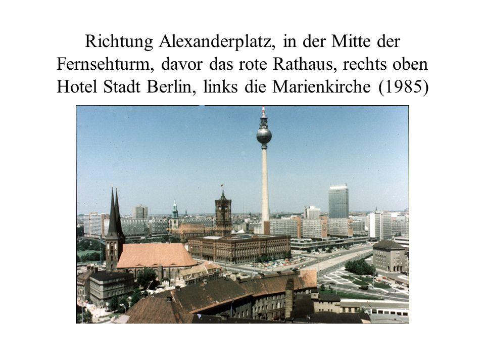Richtung Alexanderplatz, in der Mitte der Fernsehturm, davor das rote Rathaus, rechts oben Hotel Stadt Berlin, links die Marienkirche (1985)