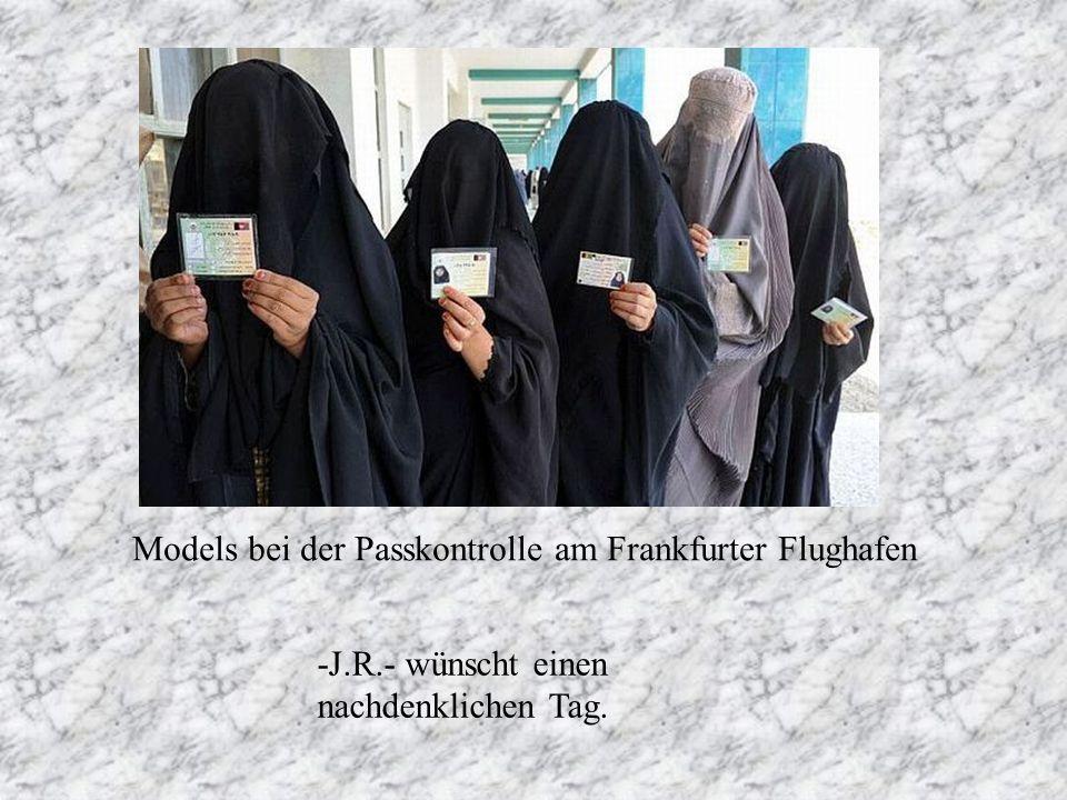 Models bei der Passkontrolle am Frankfurter Flughafen