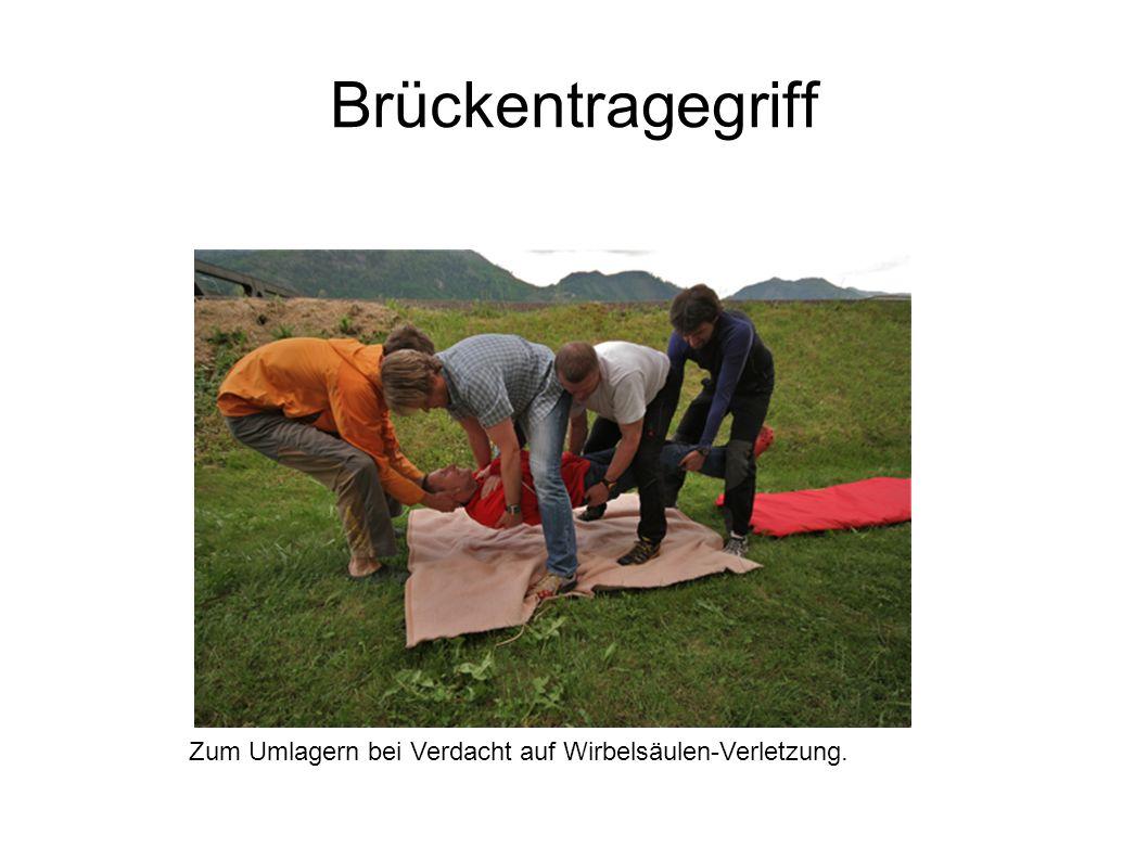 Brückentragegriff Zum Umlagern bei Verdacht auf Wirbelsäulen-Verletzung.