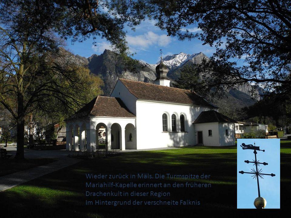 Wieder zurück in Mäls. Die Turmspitze der Mariahilf-Kapelle erinnert an den früheren Drachenkult in dieser Region