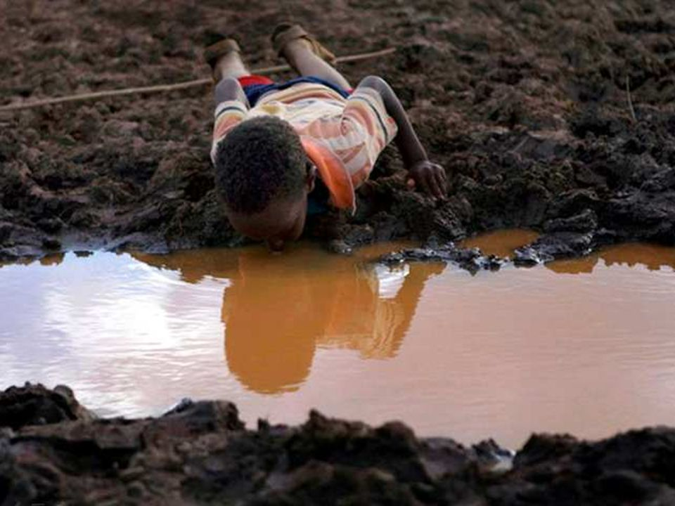 01/29/10 In vielen Ländern der Welt ist das Trinkwasser knapp und verschmutzt. Dieser Junge guckt sich nicht sein Spiegelbild an – nein, er trinkt!