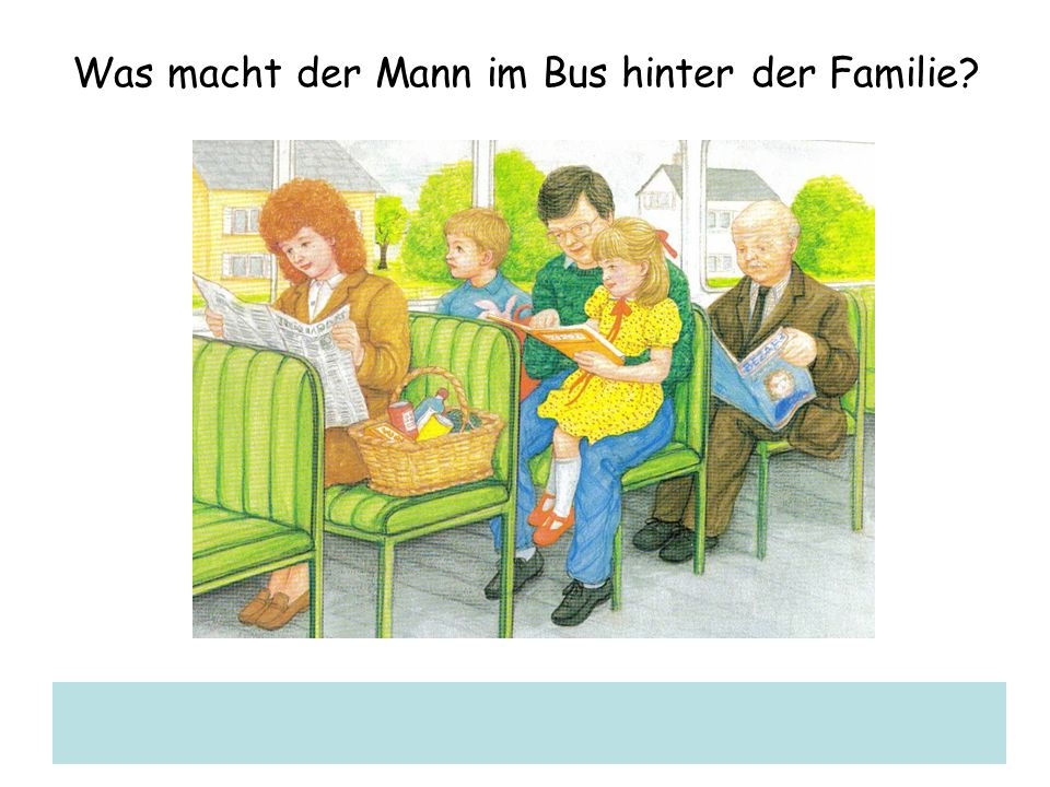 Was macht der Mann im Bus hinter der Familie
