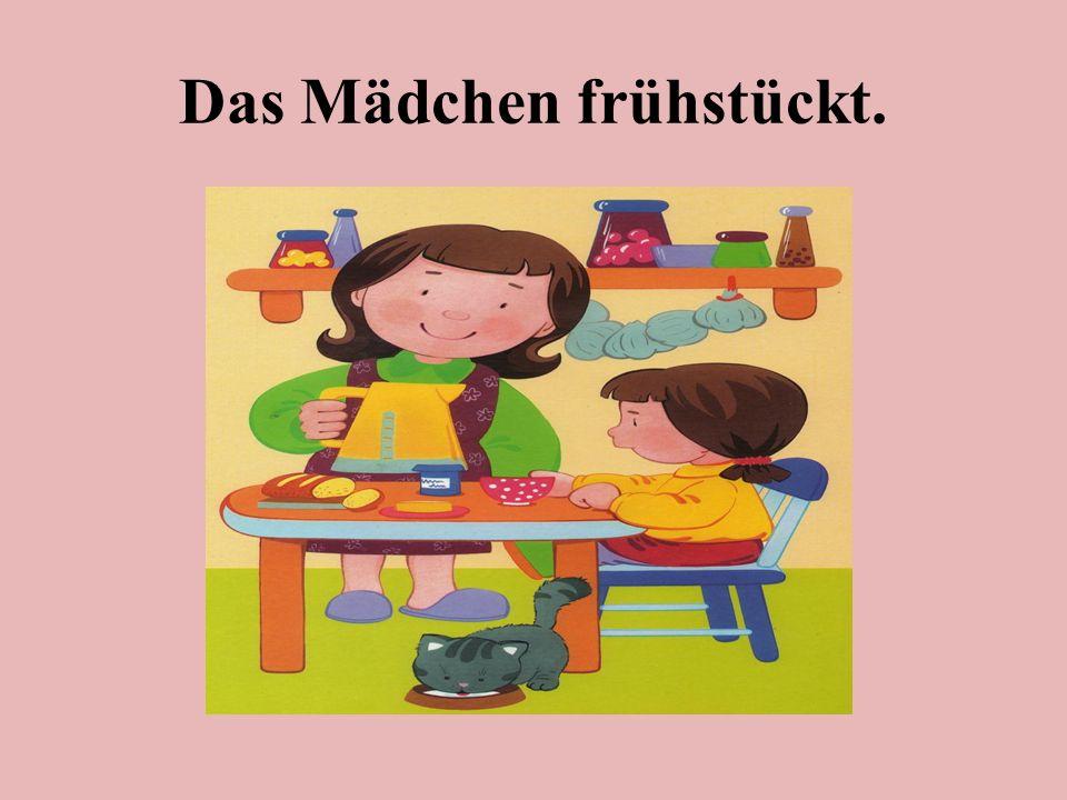 Das Mädchen frühstückt.