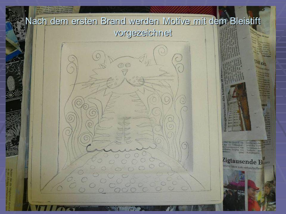 Nach dem ersten Brand werden Motive mit dem Bleistift vorgezeichnet