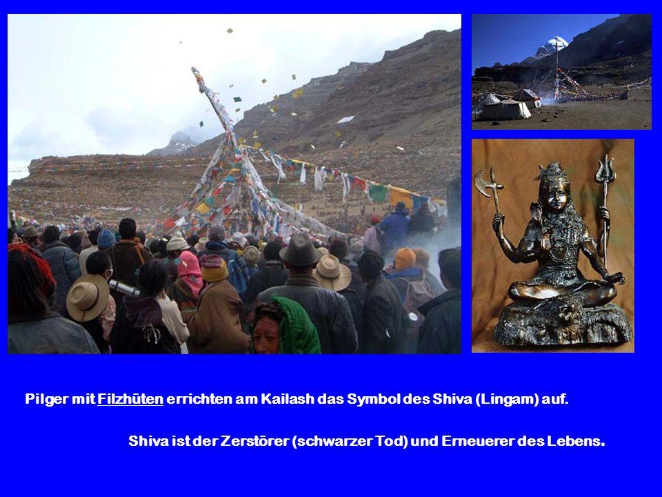 Pilger mit Filzhüten errichten am Kailash das Symbol des Shiva (Lingam) auf.