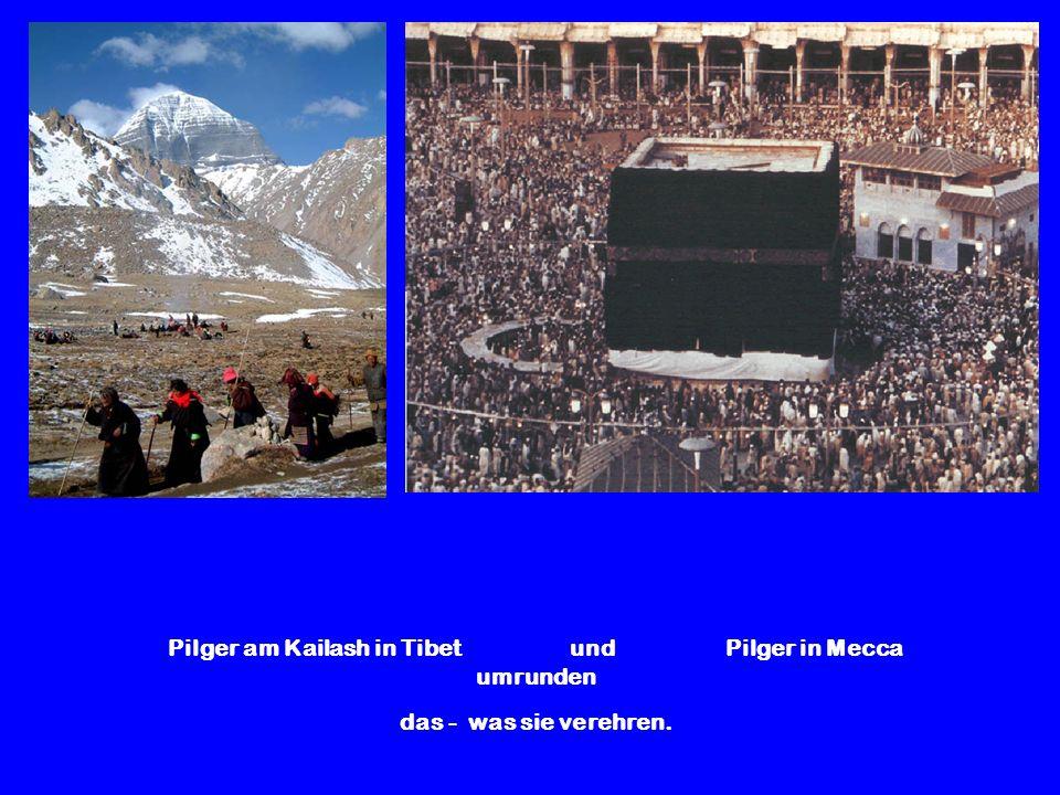 Pilger am Kailash in Tibet und Pilger in Mecca umrunden das - was sie verehren.