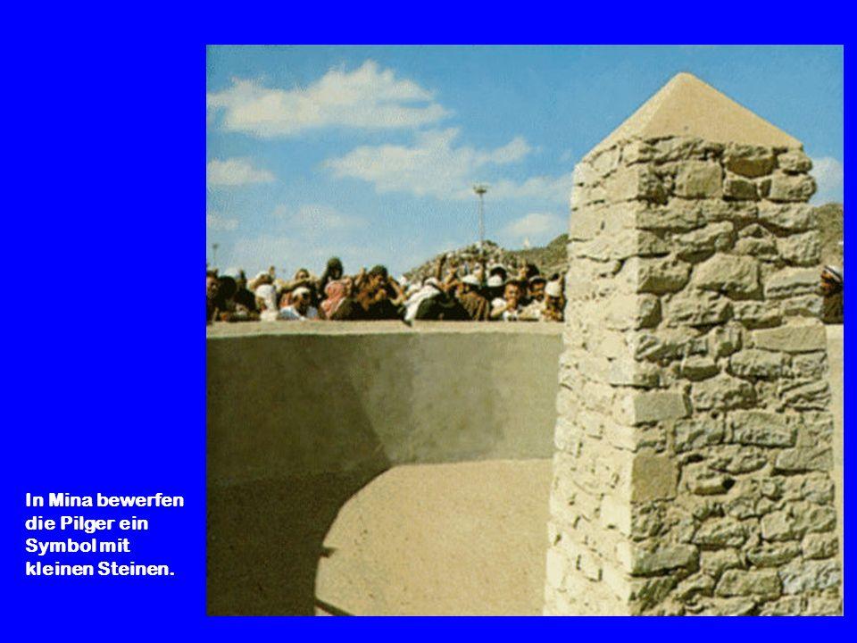 In Mina bewerfen die Pilger ein Symbol mit kleinen Steinen.