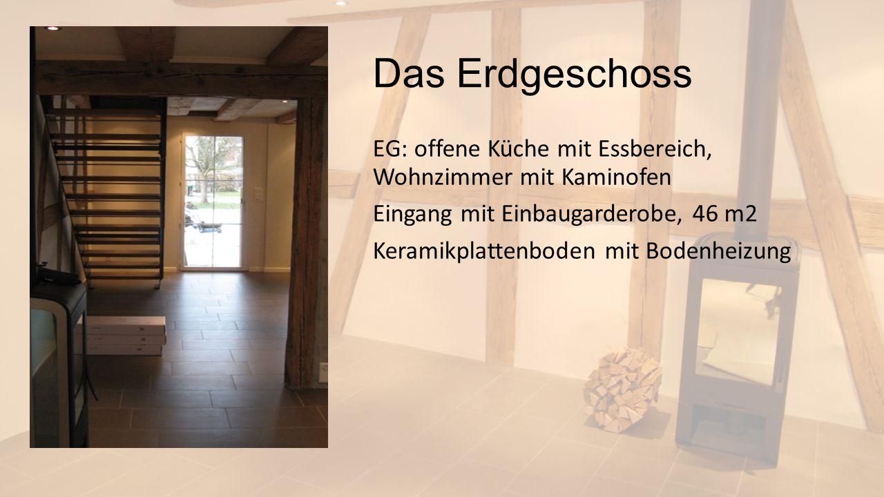 Das Erdgeschoss EG: offene Küche mit Essbereich, Wohnzimmer mit Kaminofen Eingang mit Einbaugarderobe, 46 m2 Keramikplattenboden mit Bodenheizung