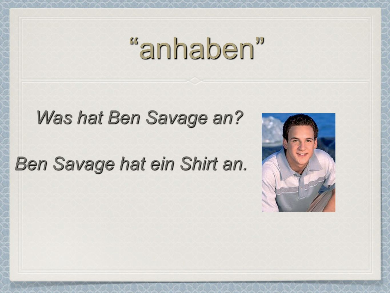 Ben Savage hat ein Shirt an.
